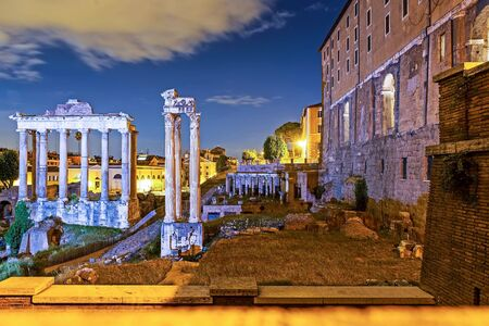 Nachtansicht des antiken Forum Romanum in Rom. Rom ist ein berühmtes Touristenziel Standard-Bild