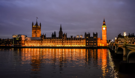Panoramic view of the Palace of Westminster in night illumination from the South Bank of the Thames in London, England. 新聞圖片