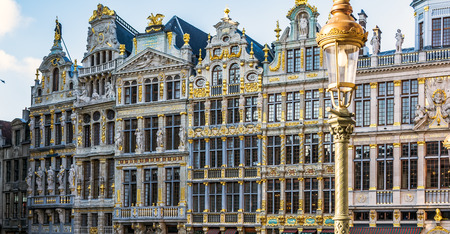 Vintage street lamp in front of rich sculptural decorated guild houses facades on The Grand Place of Brussels, Belgium. Lavishly designed gables are based on Italian Baroque with Flemish influences. Stockfoto