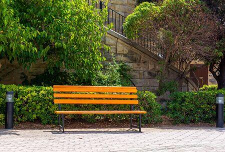 Banc jaune vif dans le parc Independence Gardens à Sliema, Malte. Cette zone de loisirs située près de la mer et équipée de sentiers, aires de jeux, cafés et fontaine.