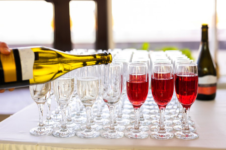 Champagne is poured in glasses. Banque d'images