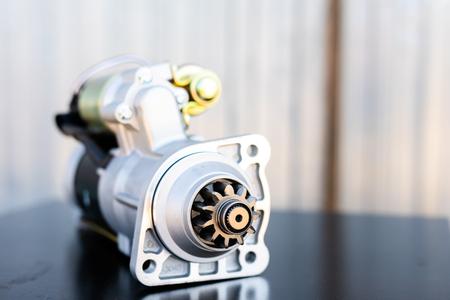 Le mécanicien répare le vieux moteur du camion dans une station de réparation automobile. Démonter le bloc moteur du véhicule. Nouveaux détails pour le moteur. Concept de service de voiture.