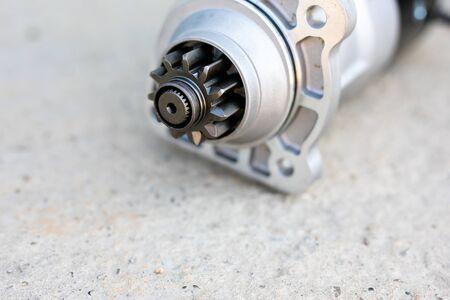 Mechaniker repariert alten LKW-Motor in einer Autowerkstatt. Motorblock Fahrzeug demontieren. Neue Details für den Motor. Auto-Service-Konzept. Standard-Bild