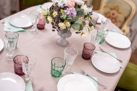 bouquet of flowers in a vase at the wedding table. Фото со стока - 129150492