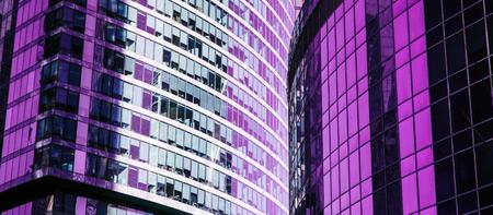 Fachada de rascacielos. Edificios de oficinas. siluetas de cristal modernas. Tonificado. Foto de archivo