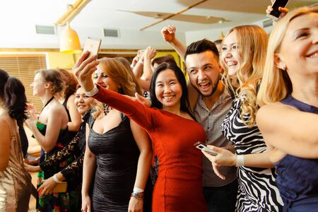 Moskwa, Rosja-19 stycznia 2019: ludzie różnych ras tańczą w klubie i transmitują imprezę