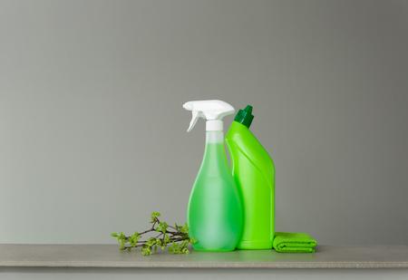 Conjunto verde para limpieza de primavera y algunas ramitas con hojas tiernas de primavera. Copie el espacio, fondo neutro.