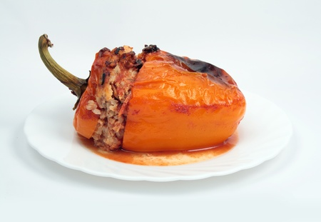 comida alemana: al horno pimientos rellenos con arroz aislado en blanco Foto de archivo