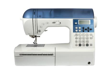 Moderne naaimachine geïsoleerd op witte achtergrond
