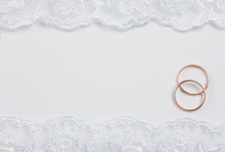 huwelijksuitnodiging versierd met kant met ringen over het