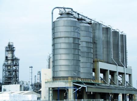 Moderne chemische fabriek de bouw. Raffinaderij fabriek.