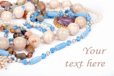 gemstones: kettingen sieraden, broche, parels, geà ¯ soleerd op witte achtergrond