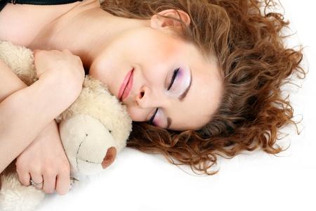 Het mooie meisje close up leggen en relaxingn het bed slapen Stockfoto