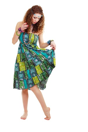 mujer hippie: hermosa mujer joven en el vestido hippie vestido hippie verde de pie in�tilmente en el cuerpo entero aislado