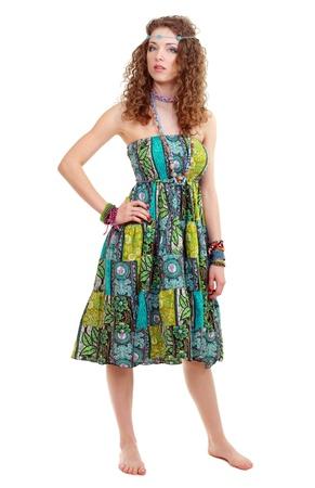 mooie jonge vrouw in hippie hippie-outfit groene jurk staan bootlessly in full-length geïsoleerde Stockfoto