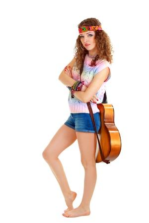 mooie jonge vrouw in hippie outfit met een akoestische gitaar. Geà ¯ soleerd op wit