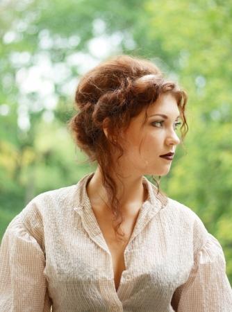 vestidos antiguos: Retrato de la señora joven pensativa weared en traje de moda al aire libre antiguo