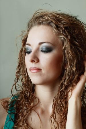 smoky eyes: Bellissime donne giovani belle modello con perfetto make up occhi fumosi Archivio Fotografico