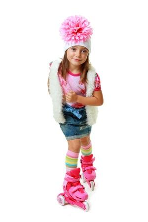 five years old: ragazza di cinque anni su pattini a rotelle rosa isolato su sfondo bianco