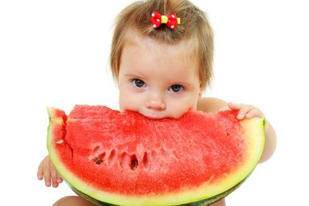 cute little baby Mädchen essen Wassermelone Scheibe auf weißem Hintergrund Standard-Bild