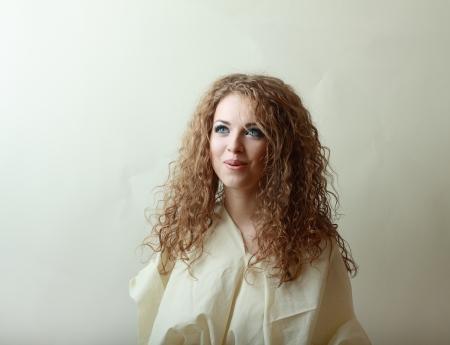 smoky eyes: Bellissime donne giovani belle modello con perfetto make up smoky eyes indossate a tappeto
