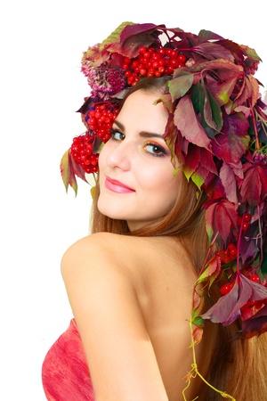 pelo rojo: Mujer Otoño de cerca. Maquillaje hermoso aislado sobre fondo blanco. bayas del viburnum Foto de archivo