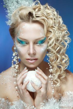 stage makeup: ce-regina. Giovane donna in immagine creativa con taglio di capelli d'argento blu trucco artistico e perfetto. Archivio Fotografico