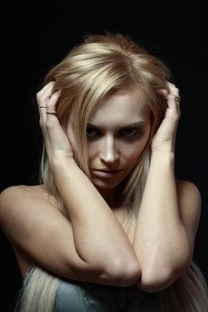 paranoia: giovane donna bella depresso su sfondo nero. Serie