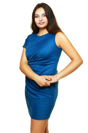 Portrait der schönen plus size junge blonde Frau posiert auf weißem im blauen Kleid