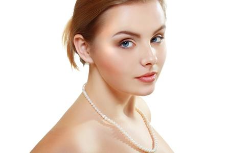 jeune fille adolescente nue: beaut� visage de belle jeune femme avec la peau propre sant� isol� sur fond blanc Banque d'images