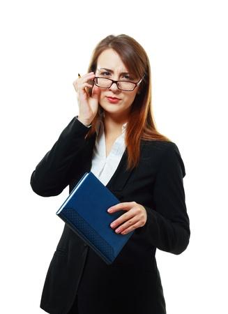 不審なビジネスの女性や不信のカメラを見ている彼女の手で本をメガネでの先生