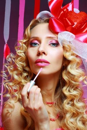 Frau Wählt Eine Rosa Flüssigkeit Lippenstift Im Shop Lizenzfreie ...