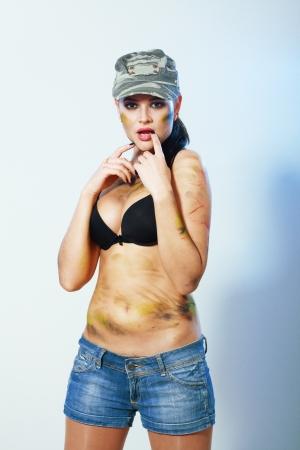 kampfhund: Portrait von sexy camo M�dchen in Hut und schwarzen Dessous Lizenzfreie Bilder