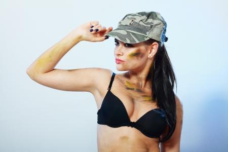 fighting dog: ritratto di sexy camo ragazza in cappello e lingerie nera