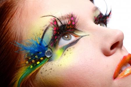 pesta�as postizas: Gorgeous mujer modelo hermosa joven con el arte perfecto maquillaje y pesta�as largas falsas hechas de plumas Foto de archivo