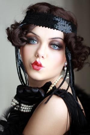 Meisje droomt mooie jonge flapper vrouw uit brullende jaren '20 kijken naar de camera