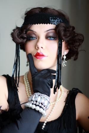 Meisje met een verdacht persoon mooie jonge flapper vrouw uit brullende jaren '20