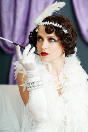 Mädchen träumen schöne junge Frau flapper Dame aus 20er Blick in die Kamera. Blaustich auf das Bild.