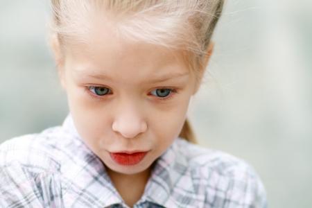 petite fille triste: Close-up portrait de adorable enfant triste fille DOF Sallow