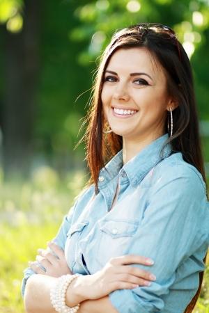 verrast dolblij happy vrouw buiten over groene achtergrond