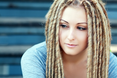 Dreadlocks. Acconciatura di moda con dreadlocks - bellezza donna faccia photo