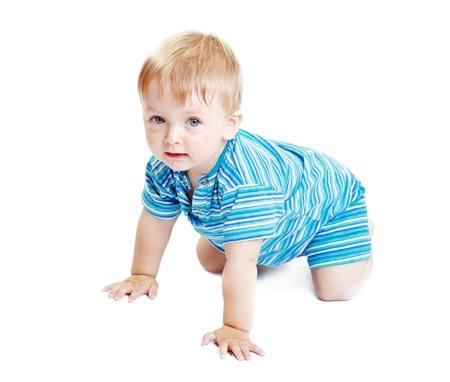 bebe gateando: Bebé que se arrastra dentro sonriendo Foto de archivo