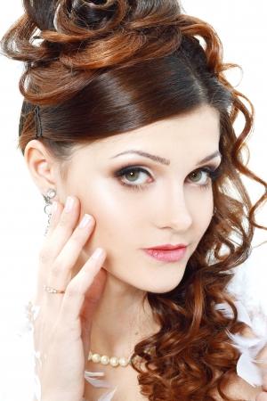 mooie bruid portret met perfecte bruids make-up en kapsel