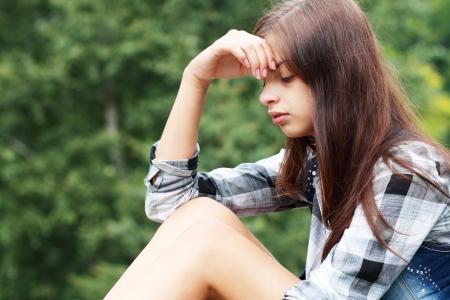 ojos llorando: Al aire libre retrato de una chica triste mirando pensativo acerca de problemas  Foto de archivo