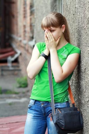Le adolescenti con problemi all'aperto vicino