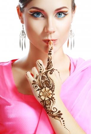 Schöne Mädchen Gesicht mit perfekte Make-up mit arabischer Hand mit Henna Detail auf sie angewendet isoliert Standard-Bild