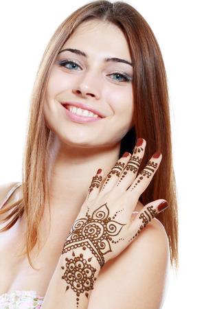 Schöne Mädchen glücklich lächelnd haben Mehandi frisch aufgetragen Henna auf der Hand gemalt Standard-Bild