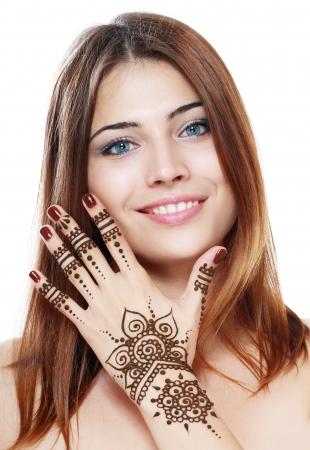 Mooi meisje gelukkig lachend hebben Mehandi vers toegepast henna geschilderd op haar hand
