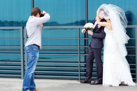 Hochzeitsfotograf in Aktion, die ein Bild von der Braut und Bräutigam