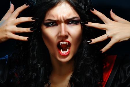 portret van een vrouw vampier met hoektanden op een zwarte achtergrond